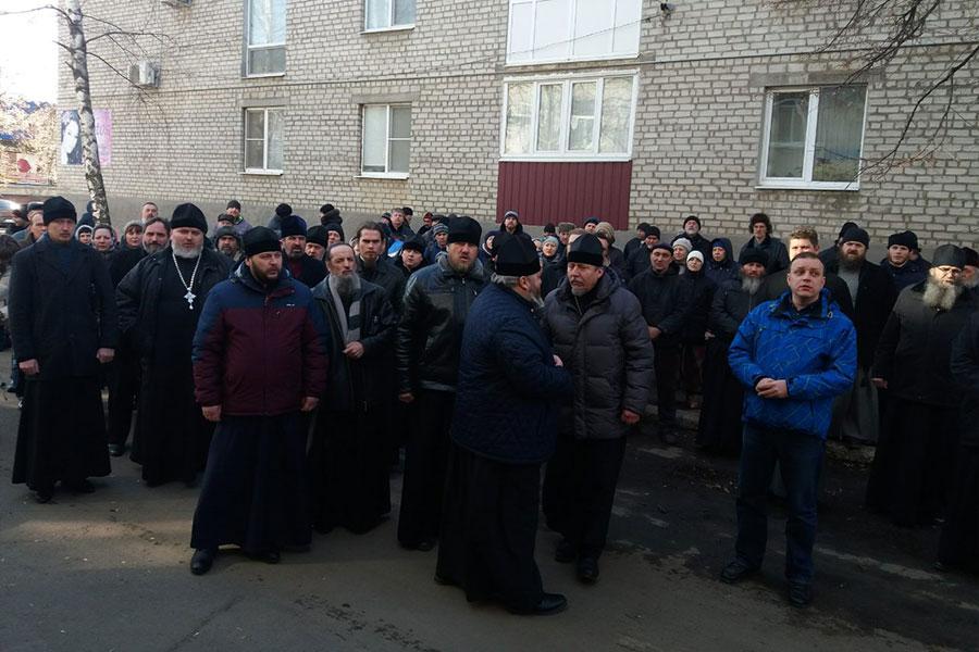 Связи с боевиками. На блокпосту задержан священник УПЦ МП: видео