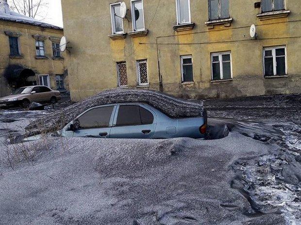 """""""Помогите"""": города на юге Сибири засыпало черным снегом - видео"""