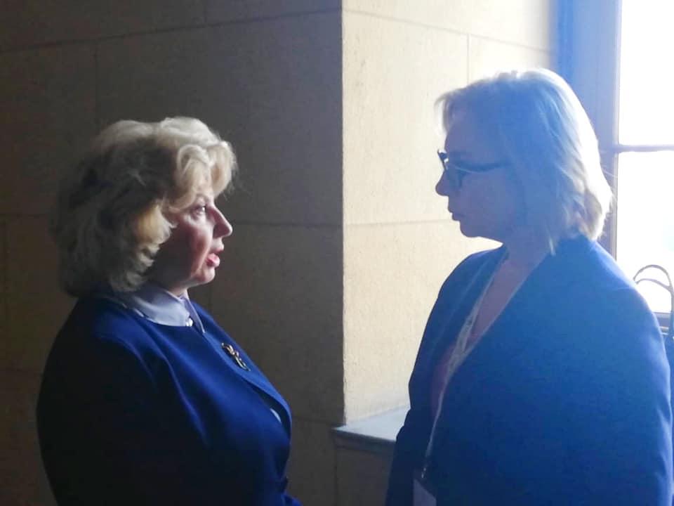 "Денисова ""поймала"" Москалькову в коридоре парламента Греции: фото"