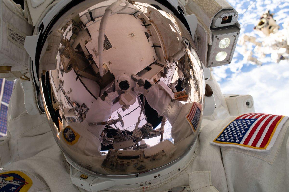 С первым женским дуэтом в космосе повременят: скафандр грудь жмет