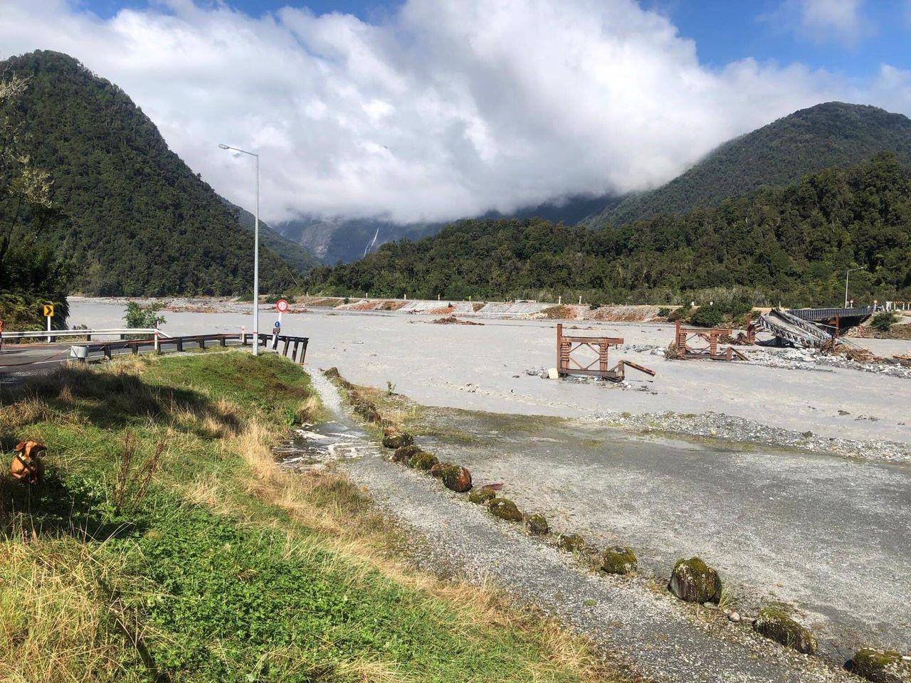 В Новой Зеландии из-за бушующего шторма смыло мост: видео и фото