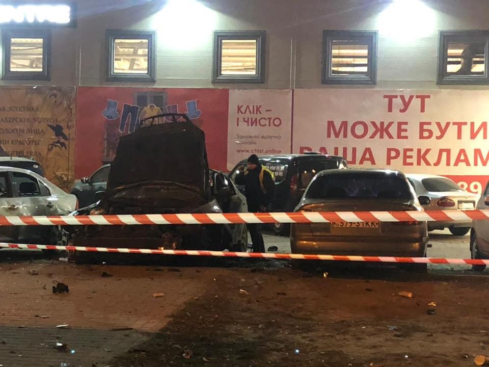 В Киеве взорвался автомобиль, мужчина в тяжелом состоянии: видео