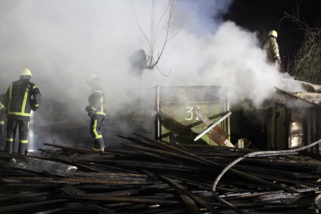 Масштабный пожар в Киеве, взорвались газовые баллоны: фото, видео