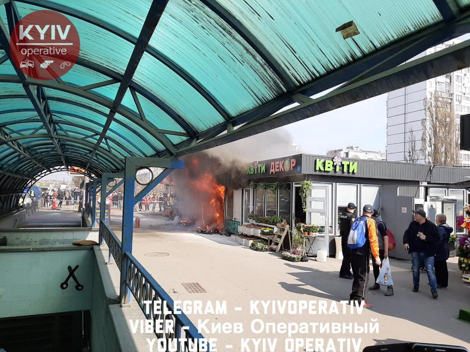На столичных Березняках вспыхнул пожар на рынке: фото