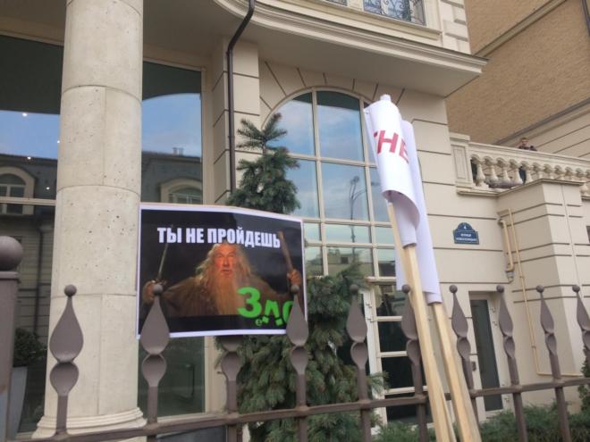 Под офисом Зеленского титушки пытались устроить драку: фото