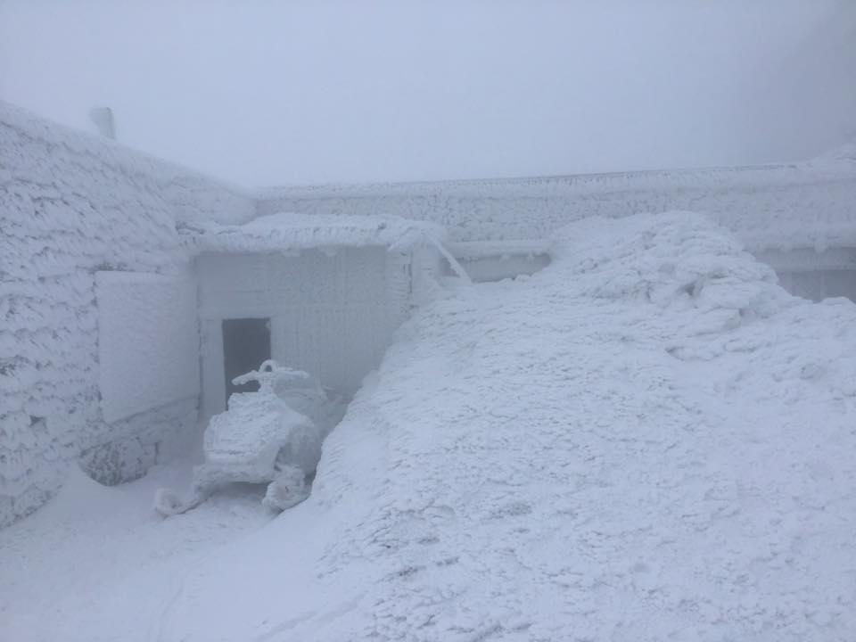 Второй месяц весны. Карпаты засыпало снегом: фото