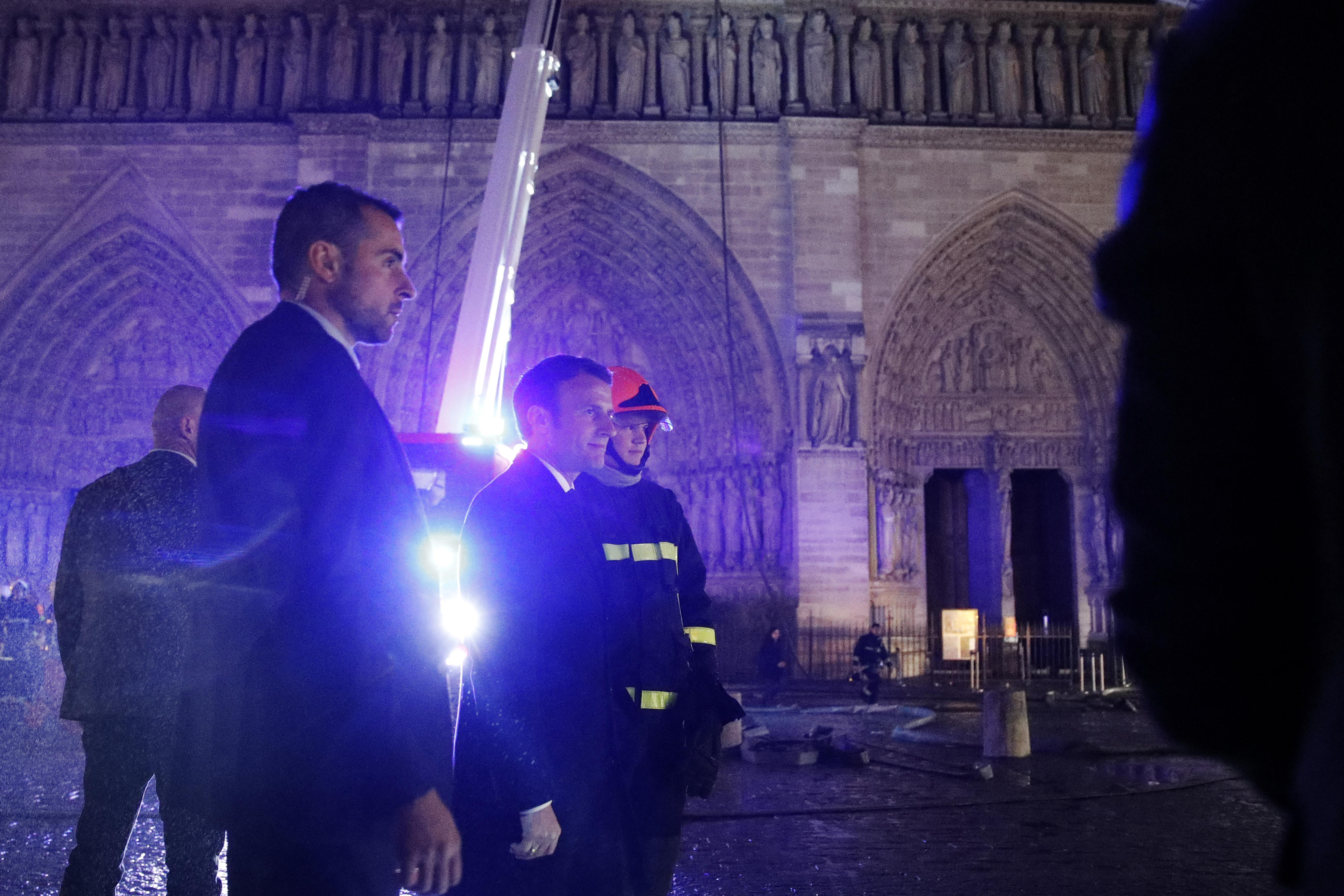 Пожар в Нотр-Даме частично погасили: что удалось спасти - фото