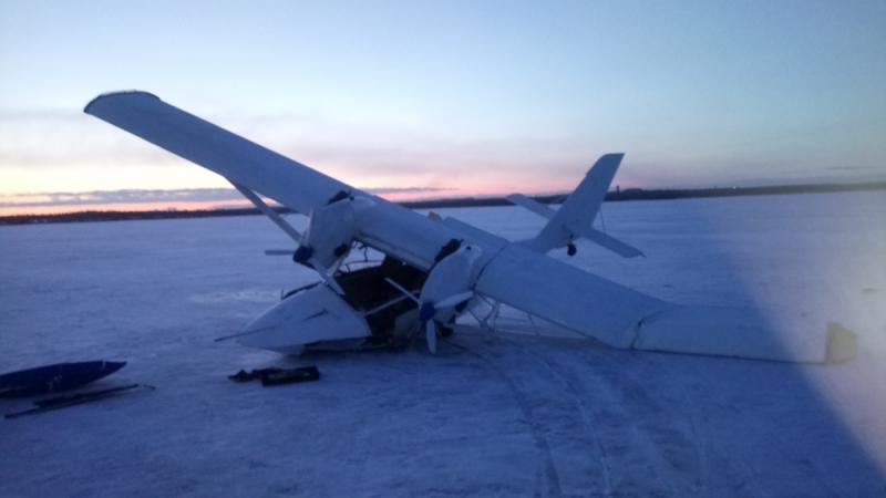 В России небольшой самолет провалился в проталину: фото