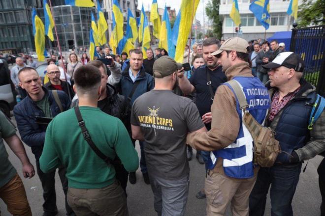Под КСУ подрались представители Нацкорпуса и сторонники БПП: фото