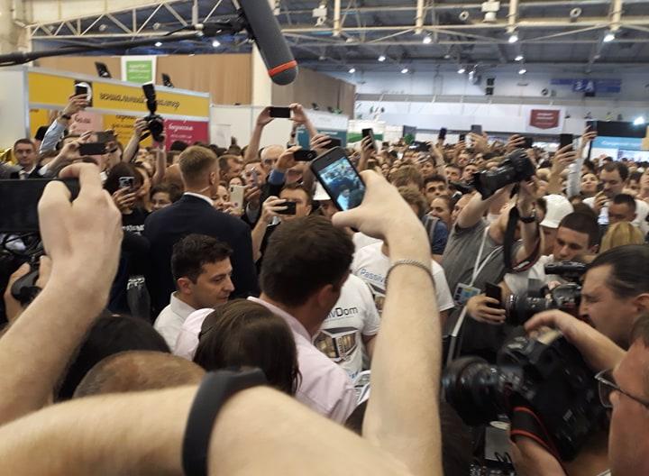 Владимир Зеленский на iForum с охраной (Фото - ЛІГА.net)