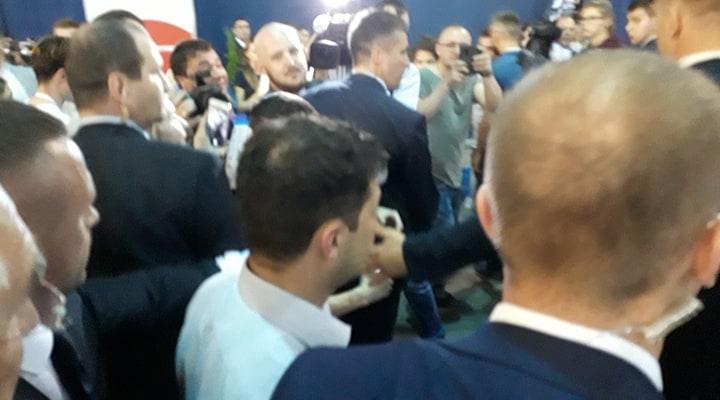 Как Зеленский с бодигардами пробивался через журналистов: фото