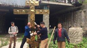 В Киеве установили крест и закрепили статус нацпамятки: фото