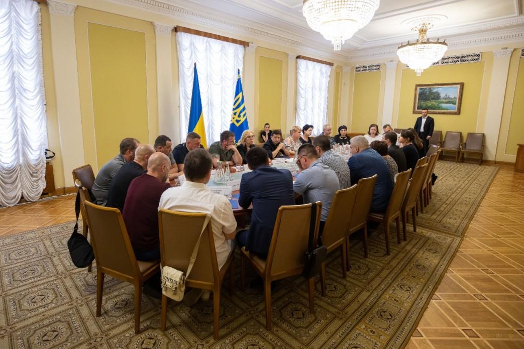 Зеленский встретился с родными заложников и пленных: фото