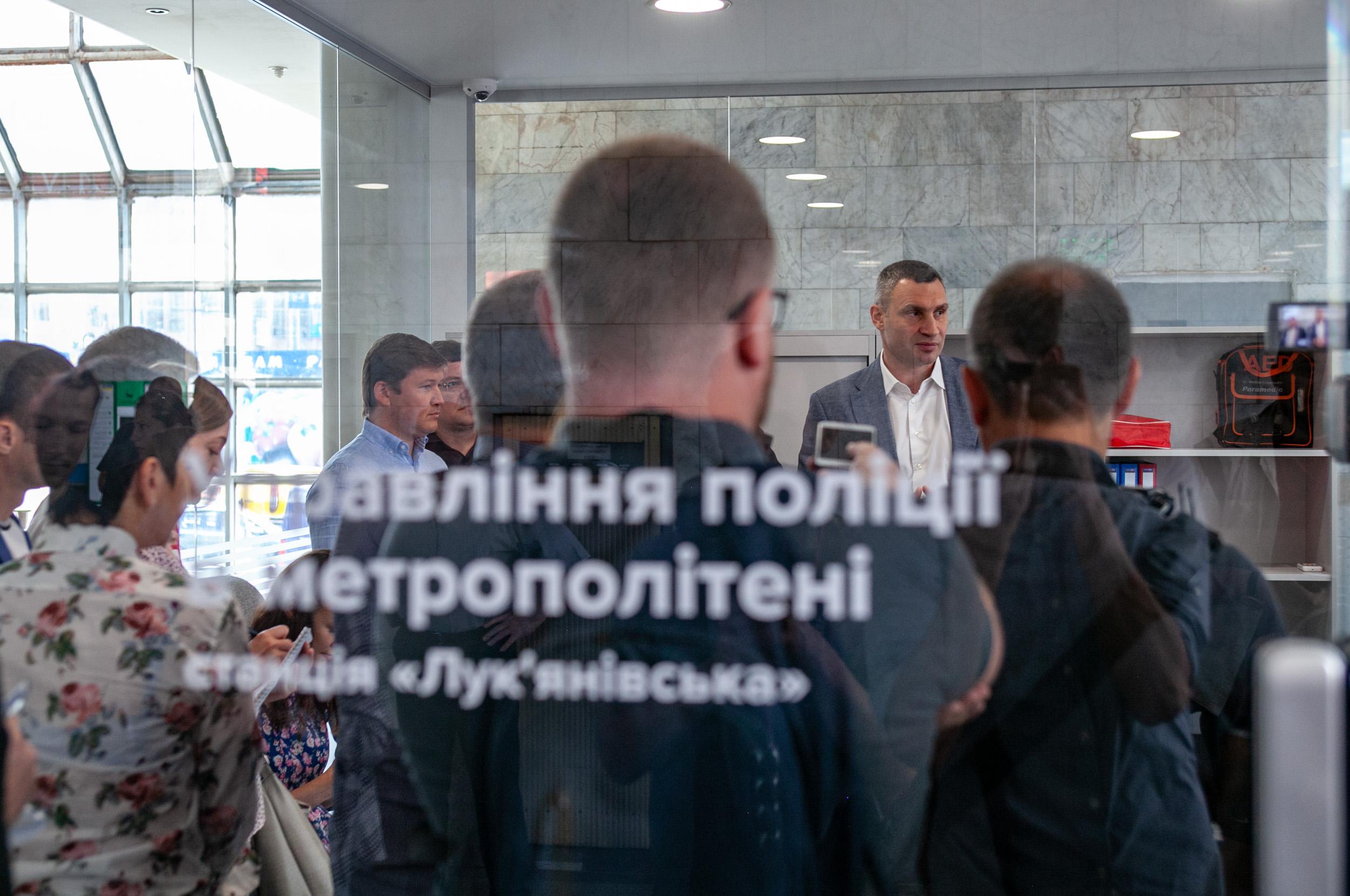 В метро Киева появился первый открытый офис полиции: фото
