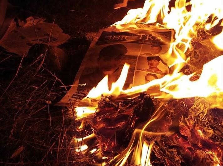 Савченко разожгла костер из своих агиток после фиаско на выборах