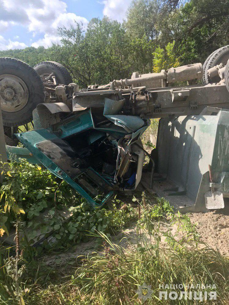 В Харькове с моста упал грузовик: фото