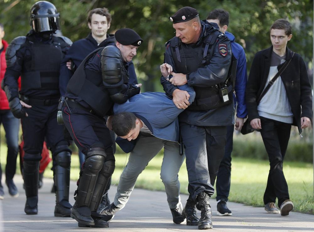 В центре Москвы начались задержания: фото, видео