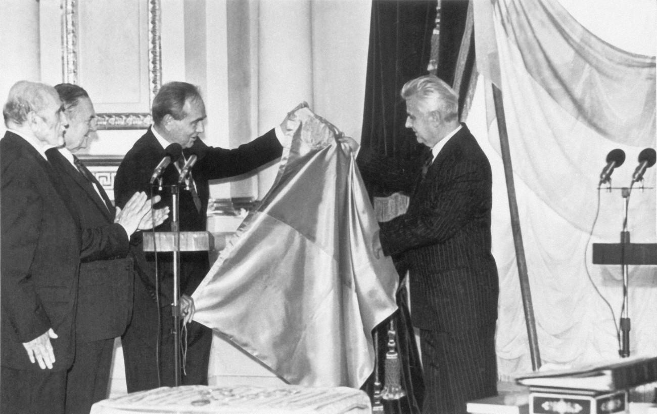 Президент УНР Микола Плав'юк передає повноваження та клейноди Президенту України Кравчуку, 1992 р.