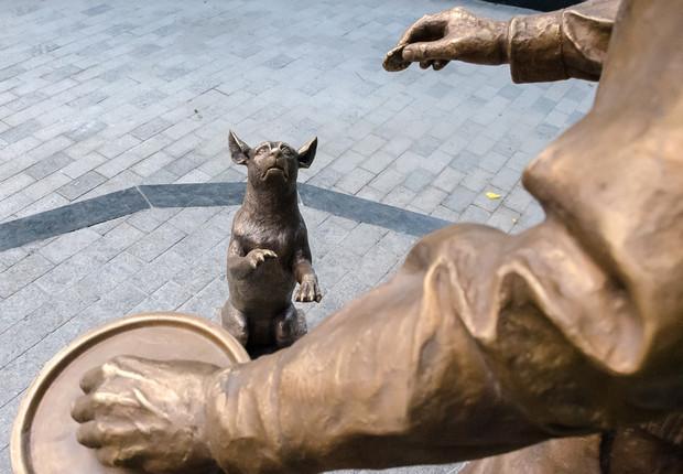 В саду Харькова академик Вернадский с собакой варит борщ: видео