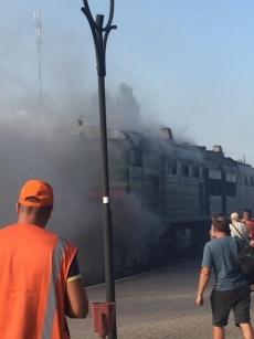 Под Николаевом пассажирский поезд загорелся в пути: фото, видео