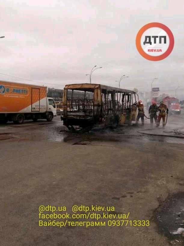 В Киеве загорелась машрутка (Фото: dtp.kiev.ua)