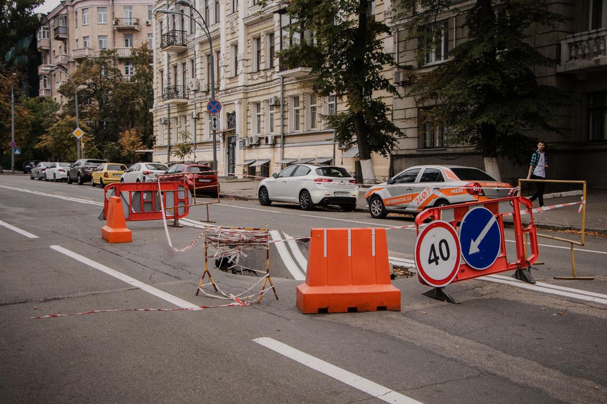 Провал асфальта в Киеве (Фото: Информатор)