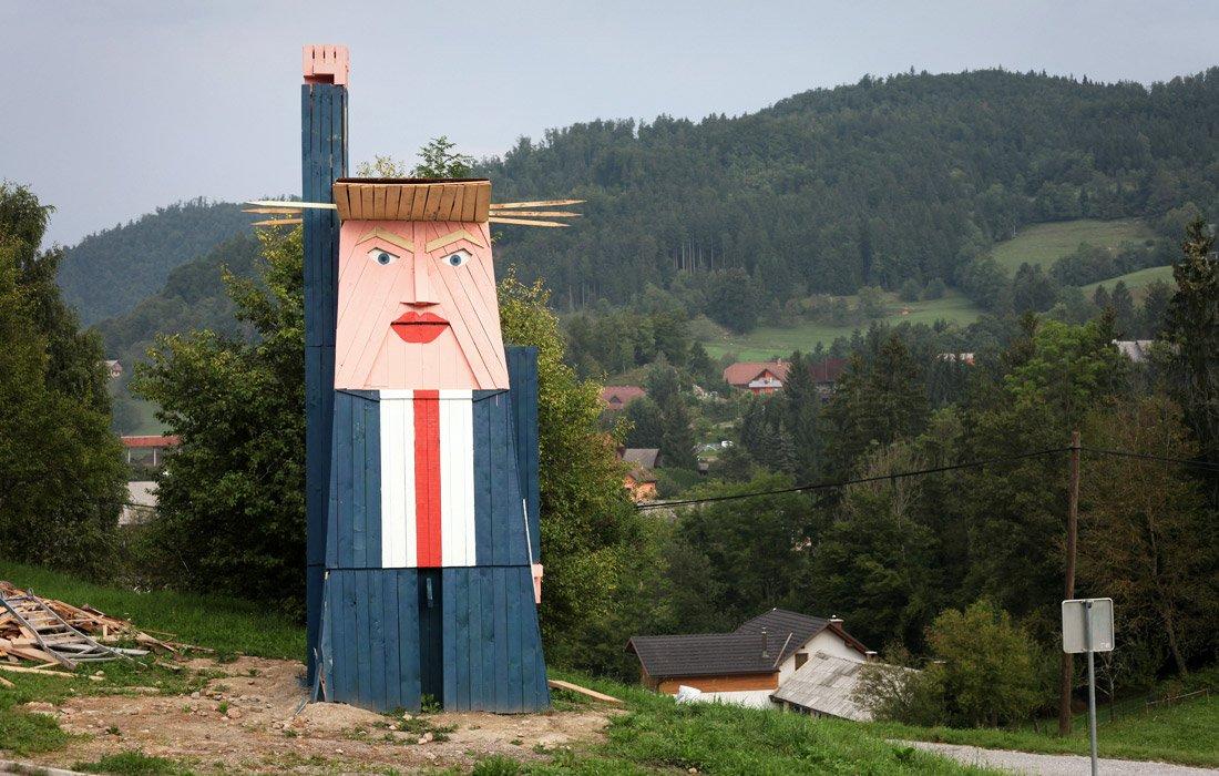 На родине Мелании установили деревянный памятник Трампу: фото