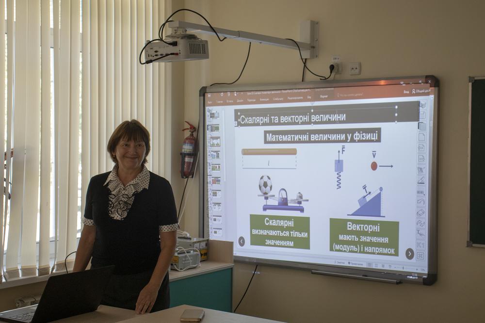 Учебные кабинеты оборудованы проекторами и интерактивными досками