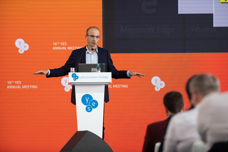 Юваль Харари на международном форуме YES, фото: официальный сайт YES