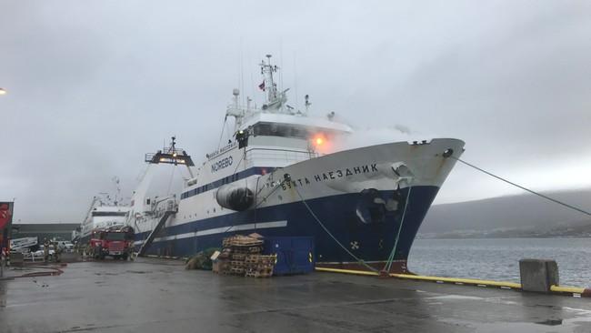 В норвежском порту загорелся российский траулер - фото