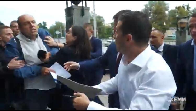 Пресс-секретарь Зеленского оттолкнула журналиста: фото, видео
