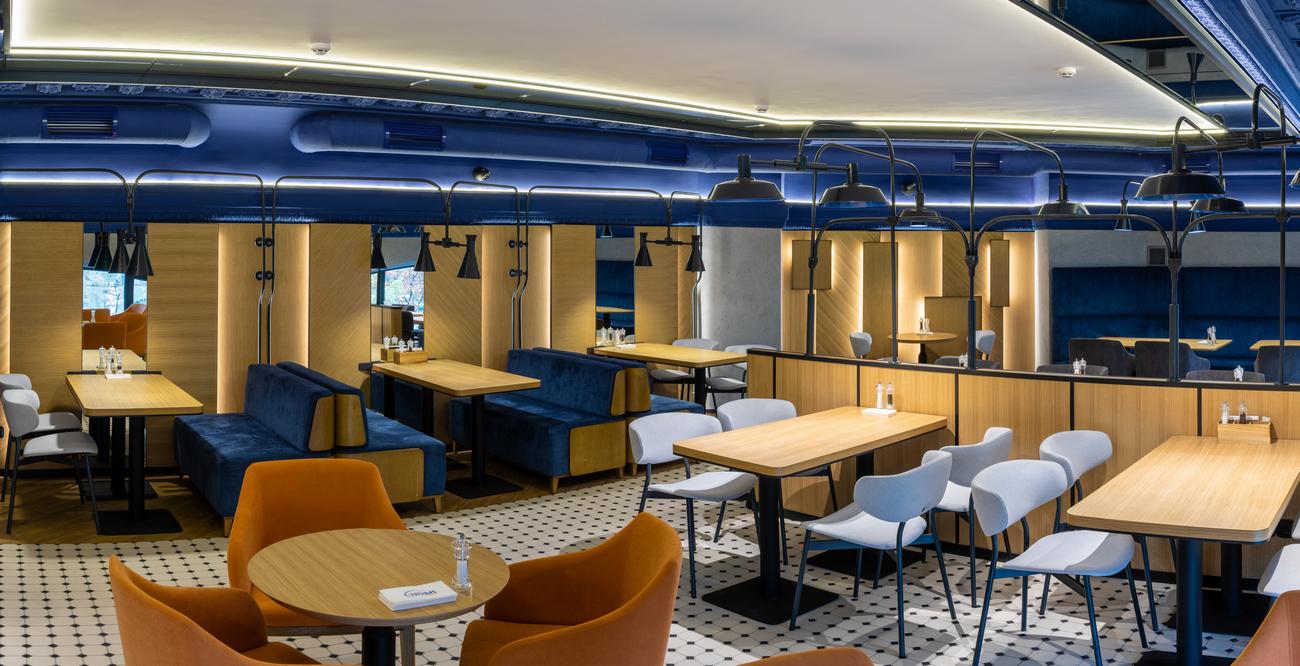 AROMA KAVA открыла кофейню в новом формате с меню и баром
