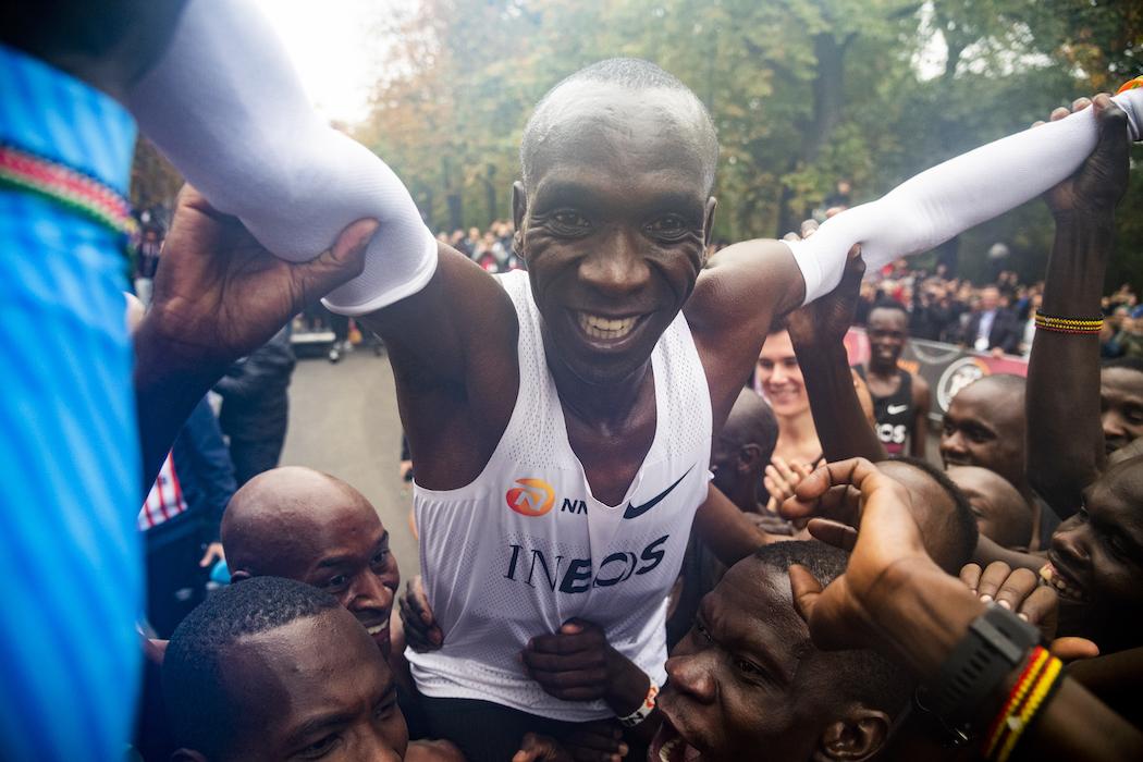 Рекорд. Человек смог пробежать марафон менее чем за 2 часа: видео
