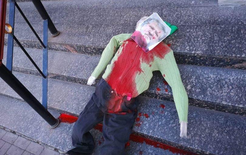 Чучело Коломойского у синагоги: появилась реакция Израиля - фото