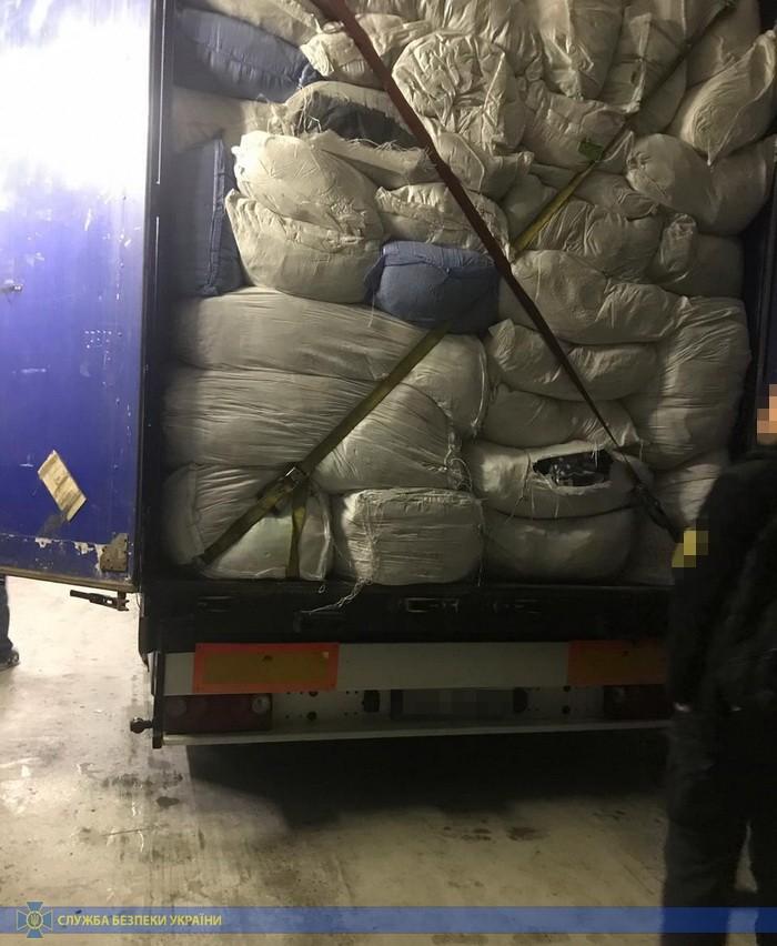 СБУ накрыла склад контрабандной брендовой одежды на 100 млн грн