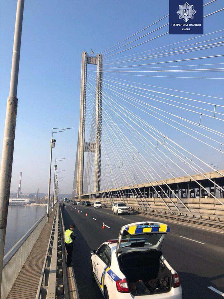 С вершины киевского моста сняли трех человек: делали селфи - фото