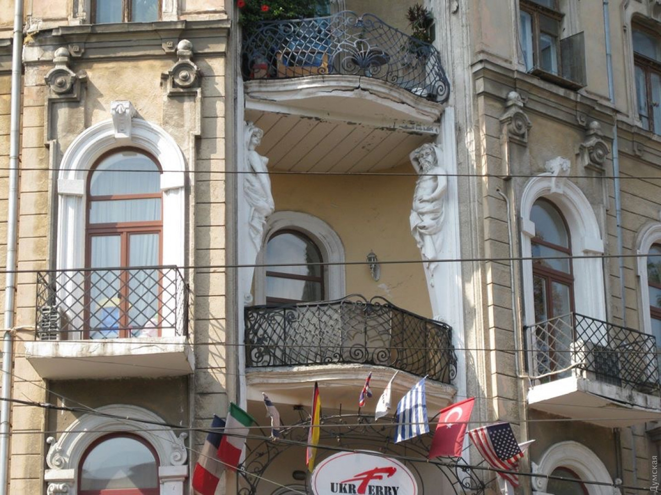 Одесса. Памятник архитектуры остался без атланта: фото