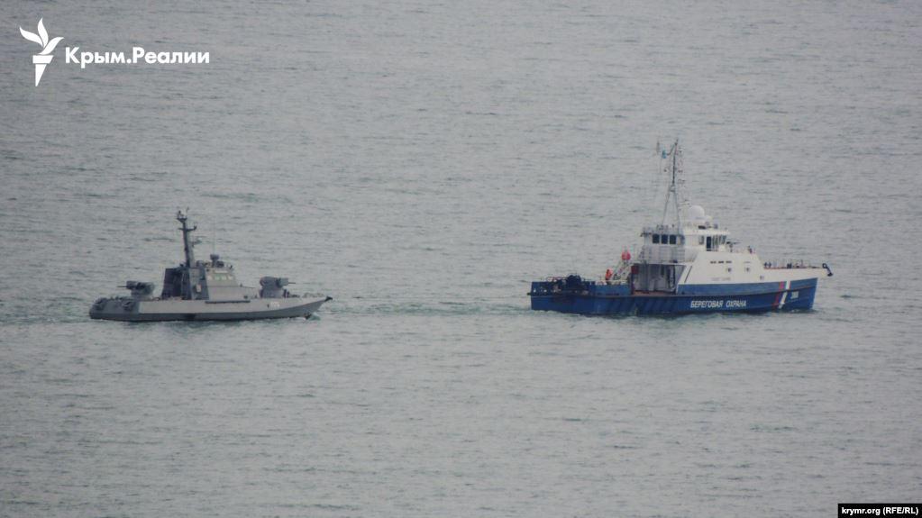 СМИ: Россия выводит из Керчи захваченные украинские катера - фото