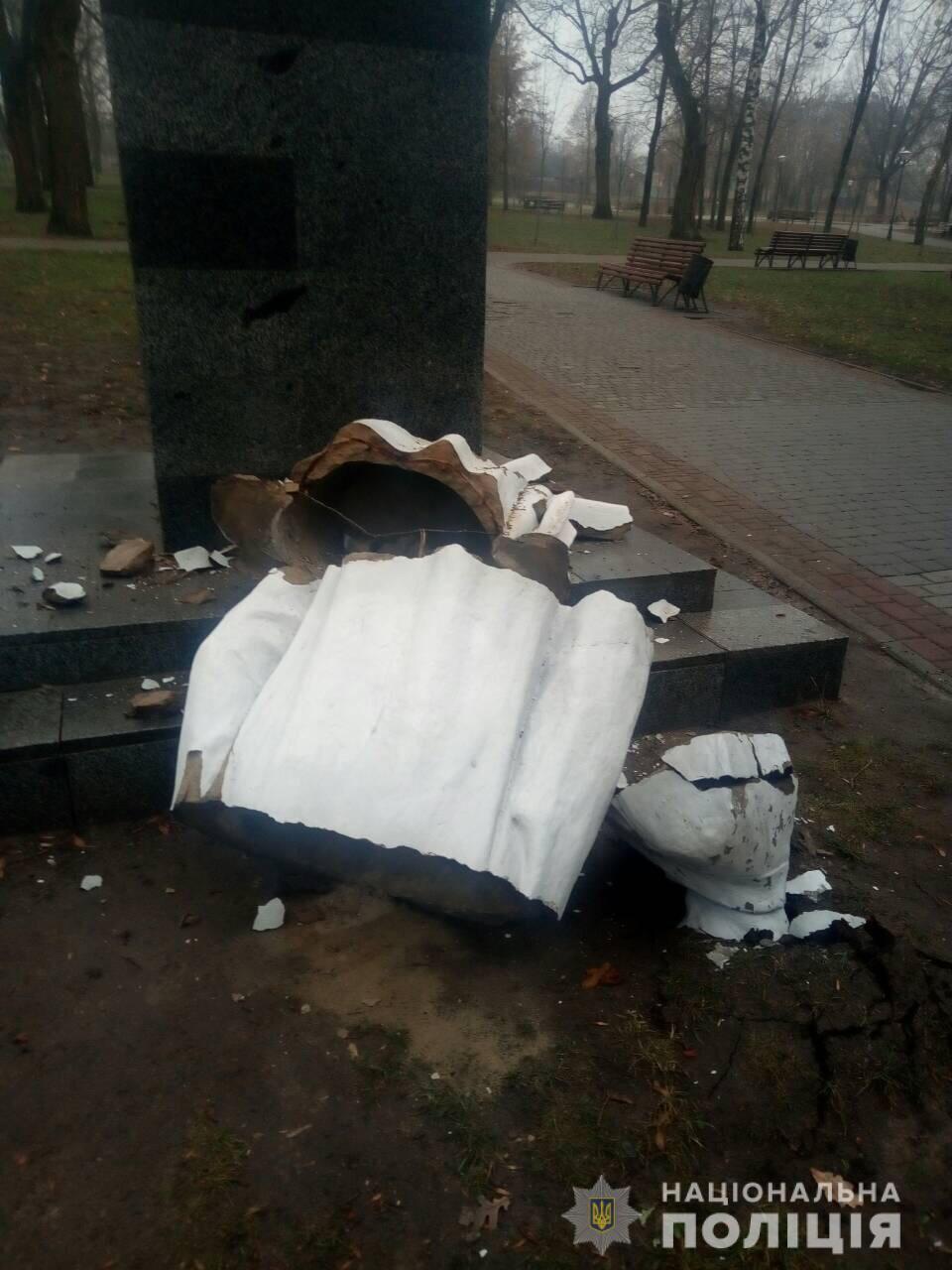 В Харькове разрушили памятник Максиму Горькому: фото