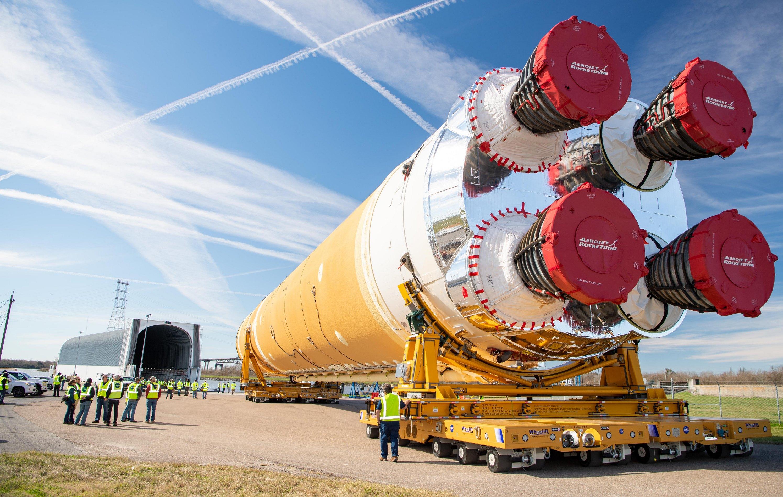 В США собрали первую ступень лунно-марсианской ракеты: видео