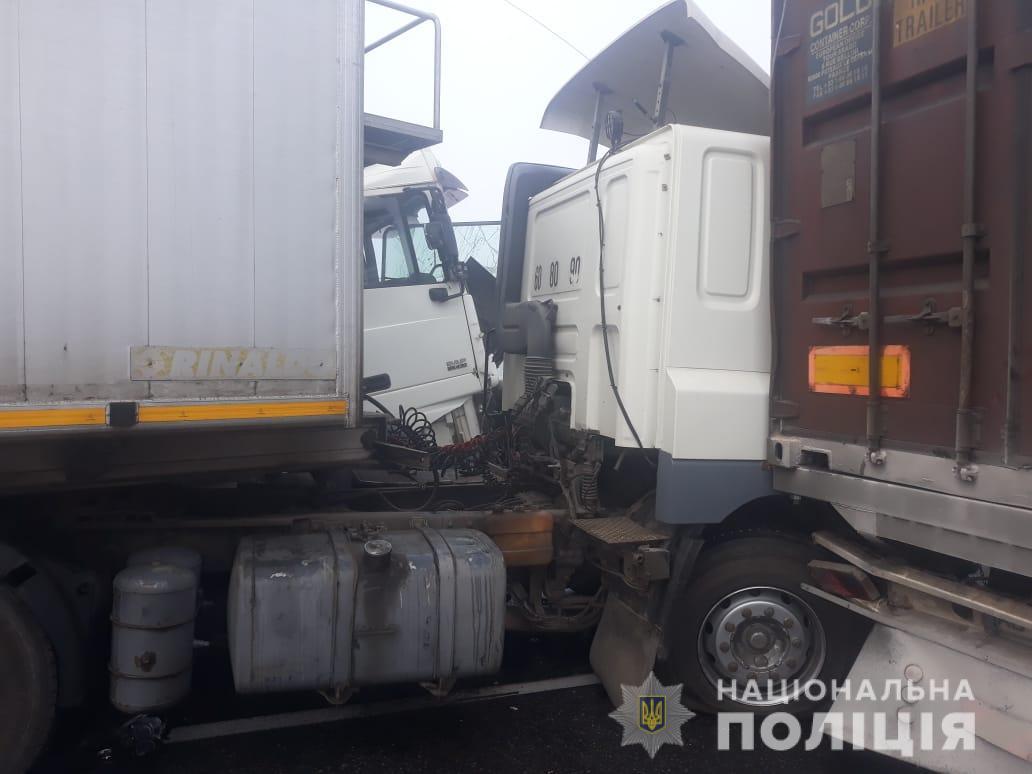 На трассе Одесса-Киев столкнулись 11 авто: есть погибший - фото