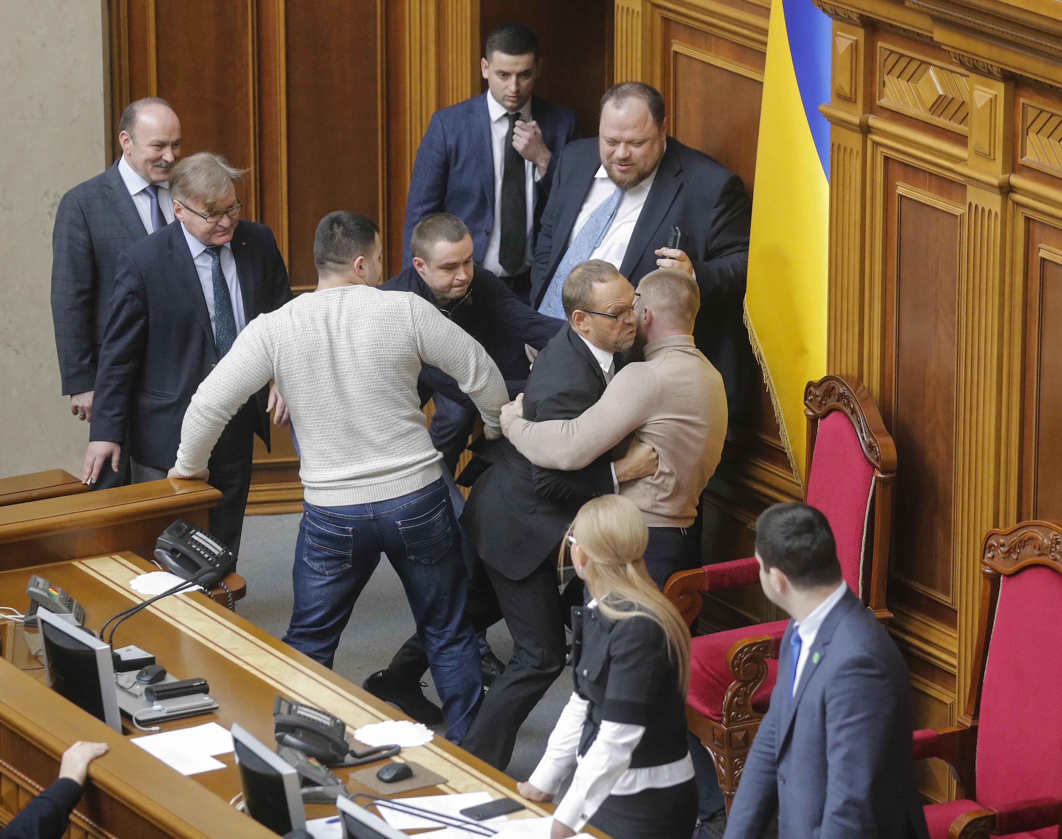 Сергей Власенко пытается прорваться в президиум (фото: EPA)