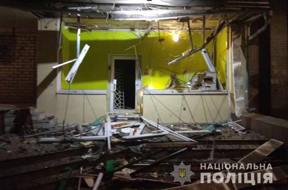 В Запорожье ночью подорвали отделение банка: фото