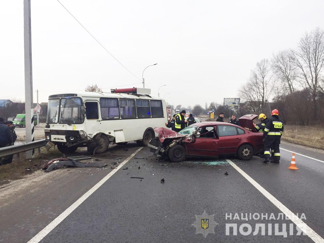 Чернигов. Столкнулись пассажирский автобус и легковушка: фото