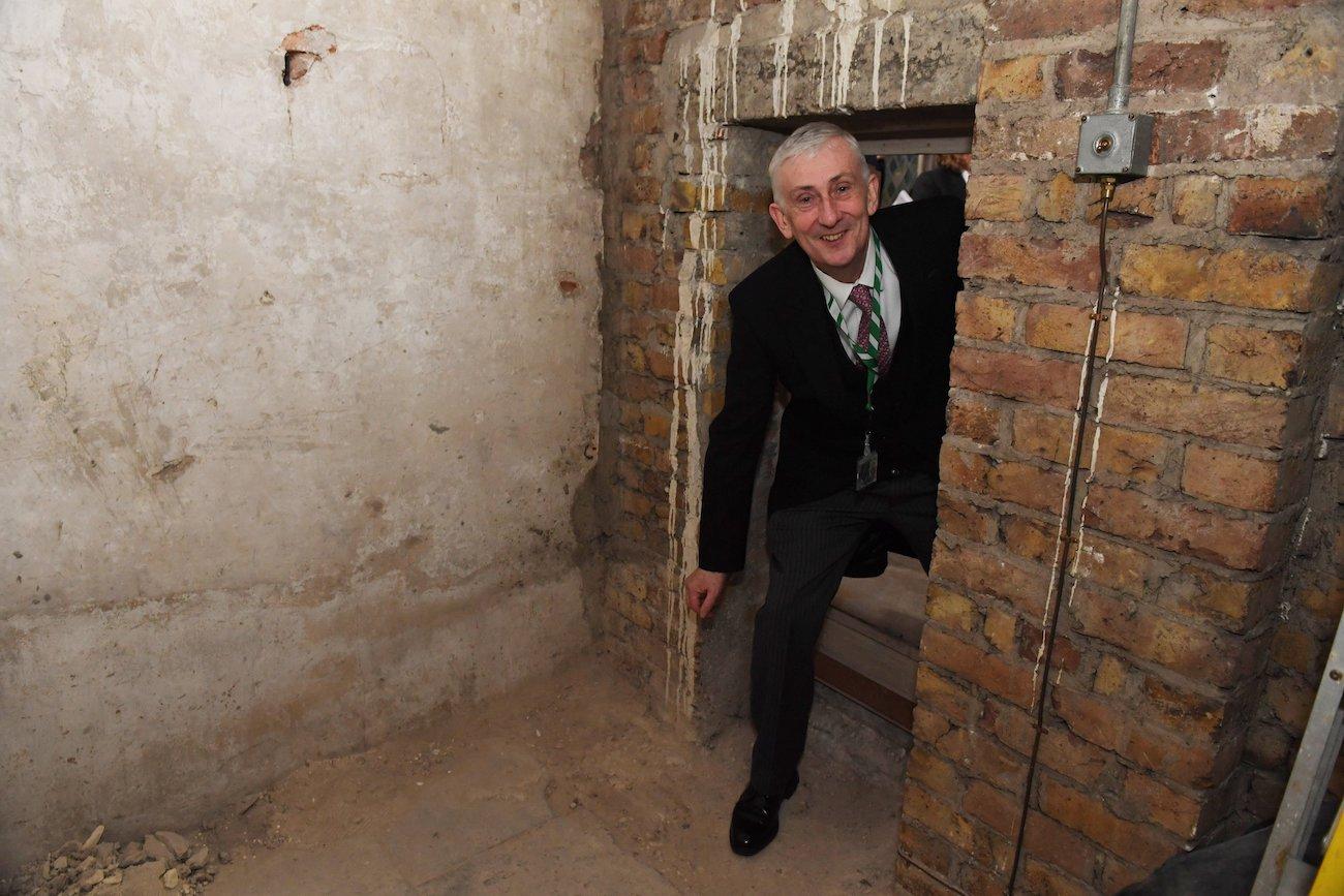 360 лет. В стене британского парламента нашли тайный ход: фото
