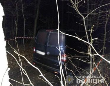 Микроавтобус Фольксваген в лесу: фото