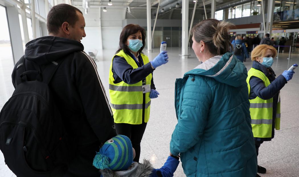 Прибывающим в Украину измеряют температуру в аэропорту