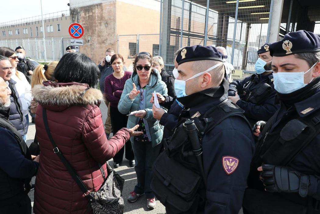 """В итальянских тюрьмах вспыхнули """"коронавирусные"""" бунты, погибли люди: фото"""