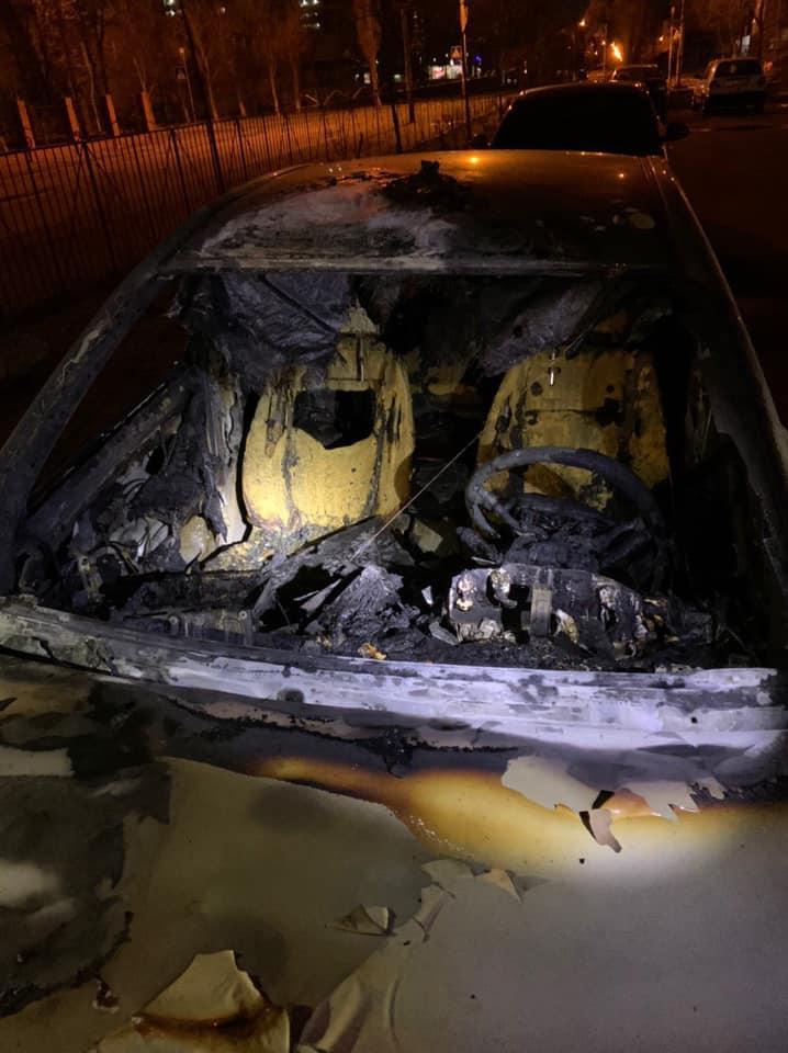 Неизвестные сожгли автомобиль Егора Фирсова: фото