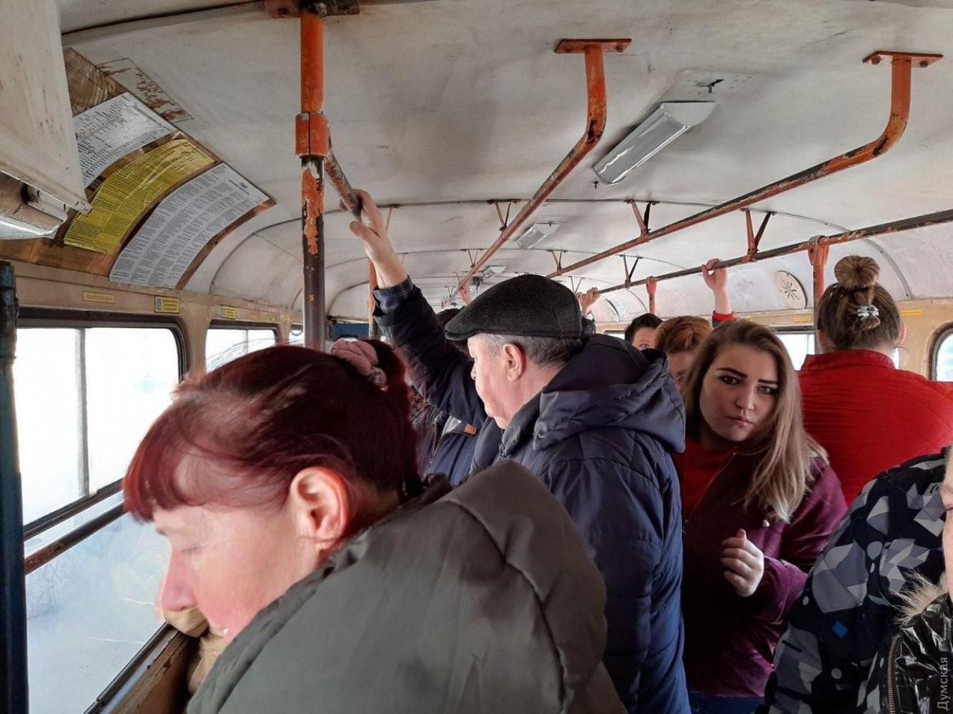Люди без масок в маршрутках Одессы